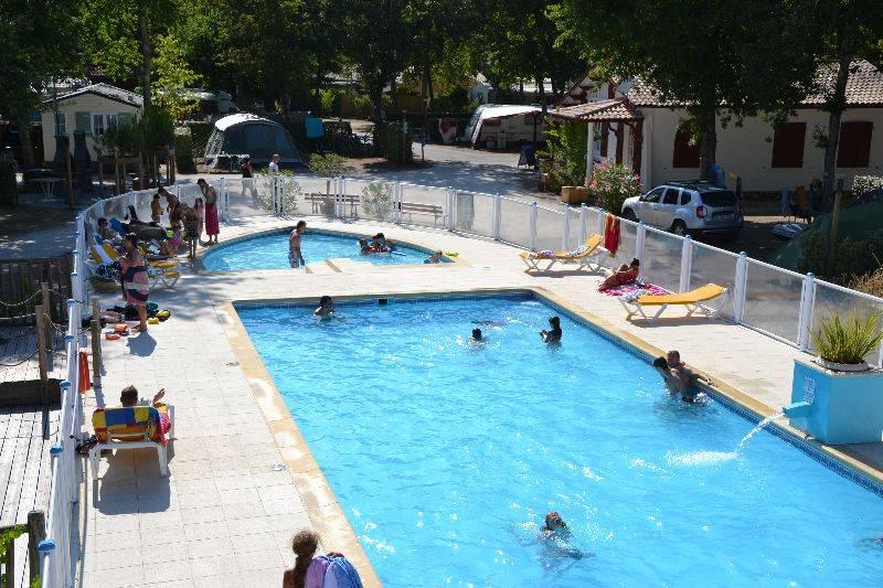 la piscine vue du solarium dans notre camping en Gironde